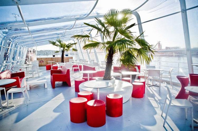 Невероятный надувной бар на лодке