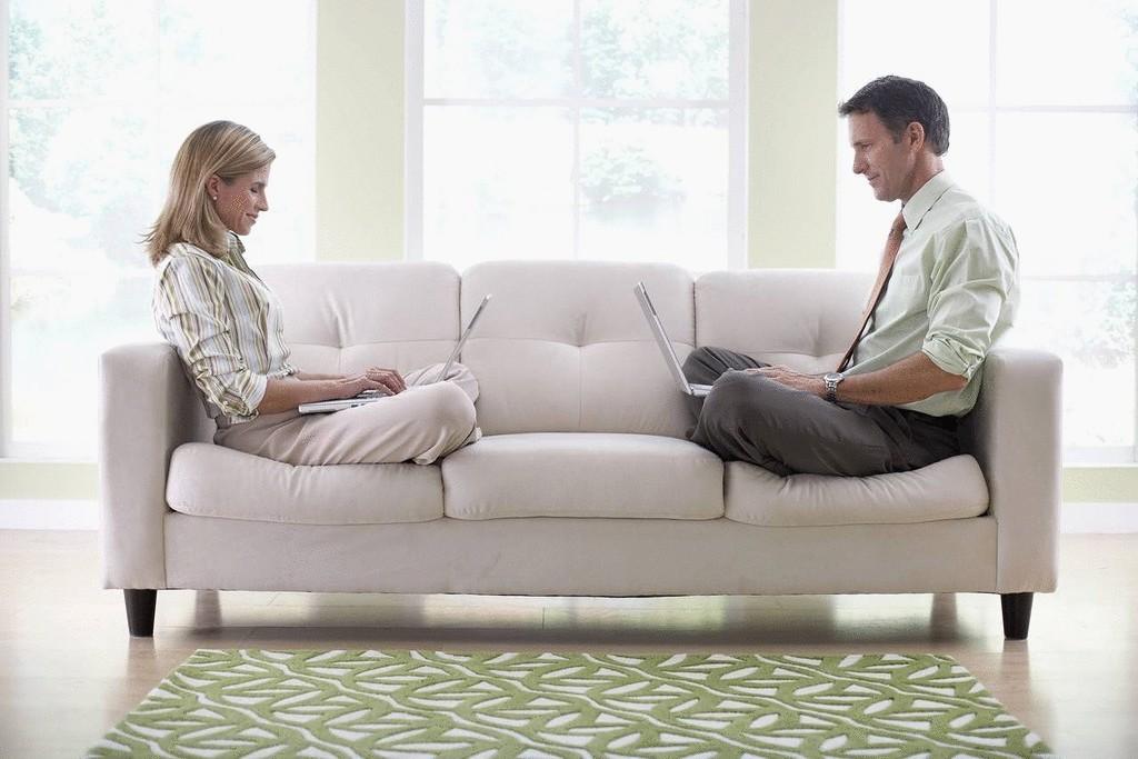 фото на диване пара странно
