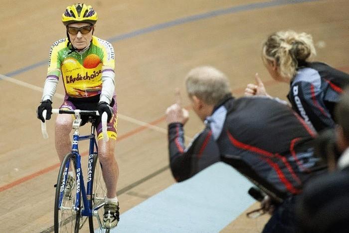 102-летний француз за час проехал 27 км на велосипеде