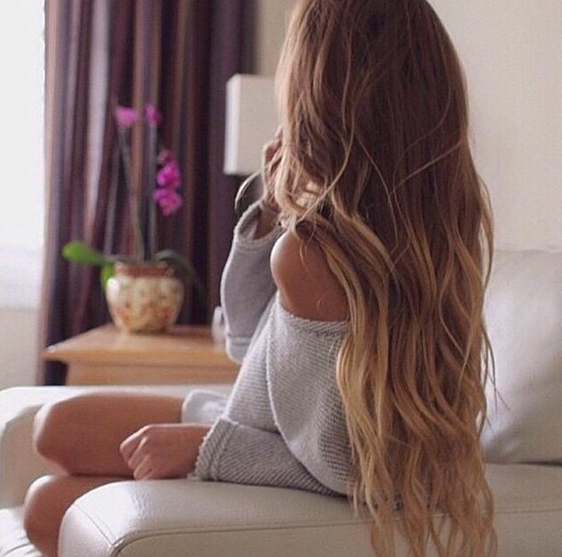 девушка с длинными волосами сидящая задом - 9