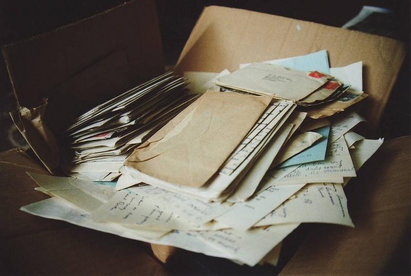 Я храню в столе старые открытки, смешные детские