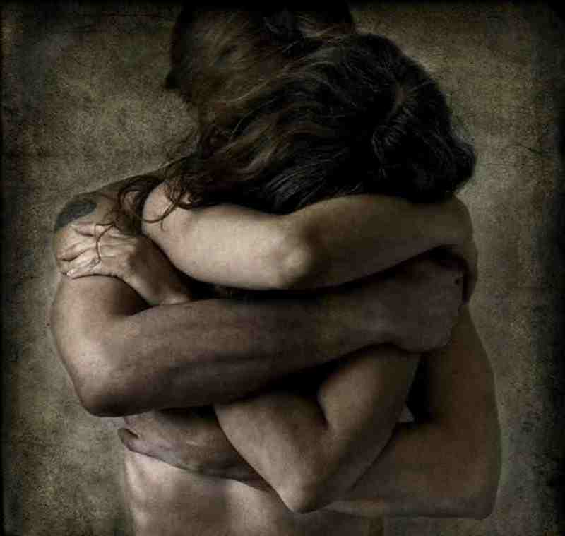 мужчина и женщина обнимаются картинка