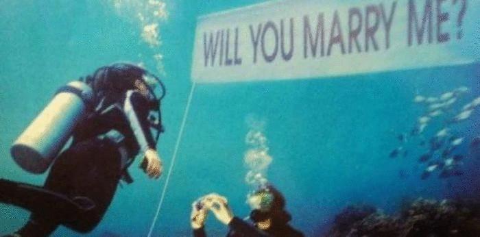 Предложение руки и сердца в морских глубинах.