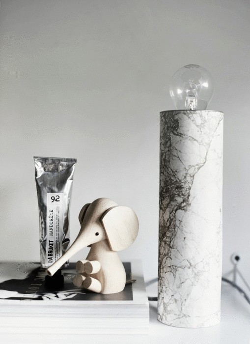 «Мраморная» настольная лампа - очень элегантное украшение для комнаты.